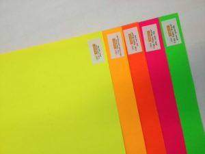 papeles usados en cartelería neon